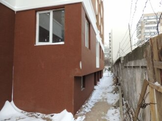 Секция Б. Закончены работы по фасаду цокольного этажа.